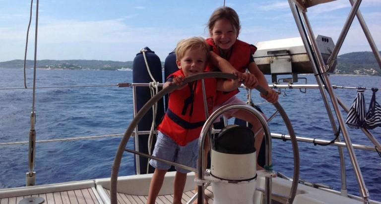 Mitsegeln mit Kindern: Hier Johanna und Joshua vor Gaios/Paxos