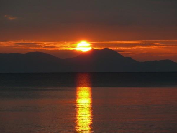 Segeln Korfu. Hier genießen wir den Sonnenuntergang über Korfu vom Festland aus.